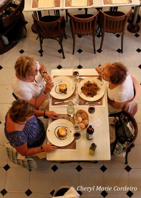 Els Quatre Gats, women dining.