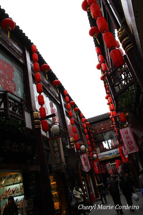Open passage way into Yuyuan, Shanghai 2011.